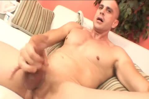 lovely muscular dude receives sucked